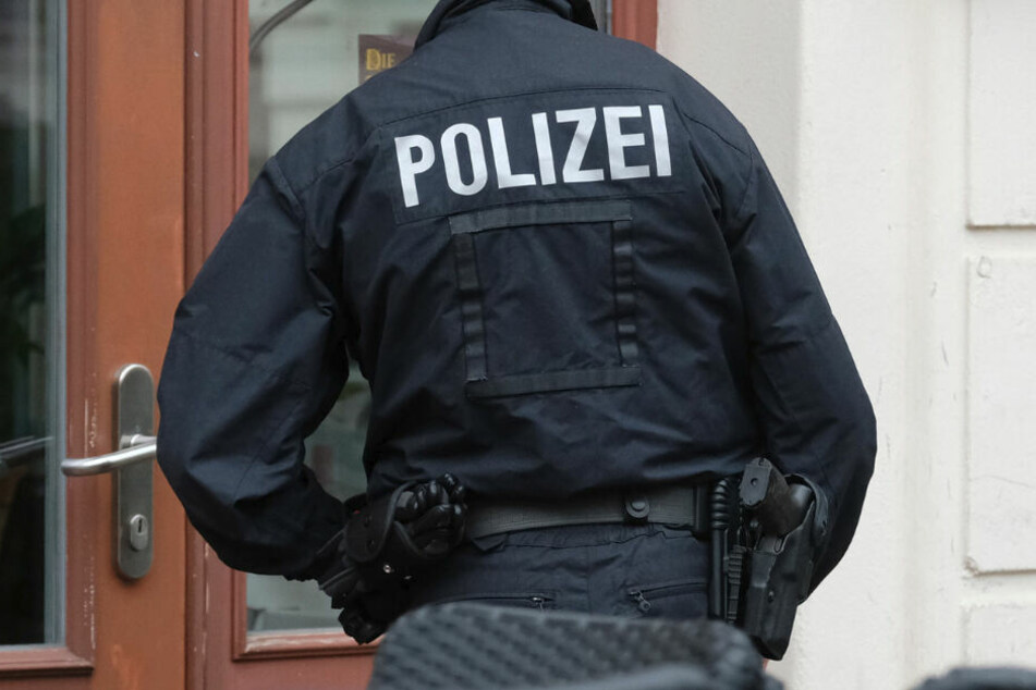Ein Polizist im Einsatz. (Symbolbild)