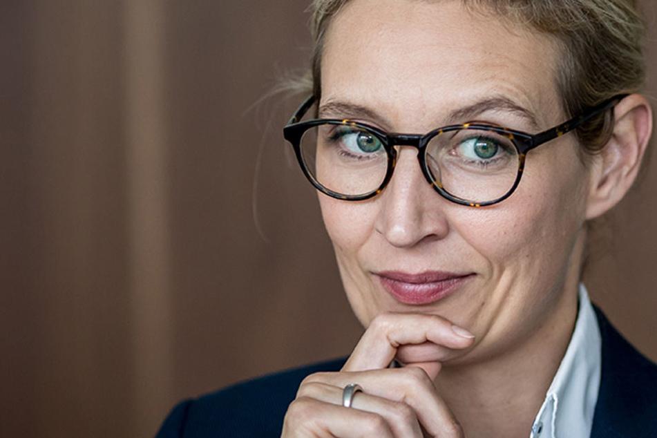 """Alice Weidel, Spitzenkandidatin der """"Alternative für Deutschland"""" (AfD) für die Bundestagswahl, greift Kanzlerin Merkel an."""