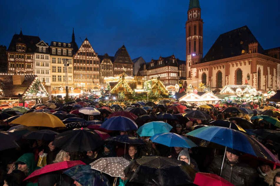Meer aus Schirmen: Trotz des Dauerregens kamen zahlreiche Besucher zur Eröffnung des Frankfurter Weihnachtsmarktes.