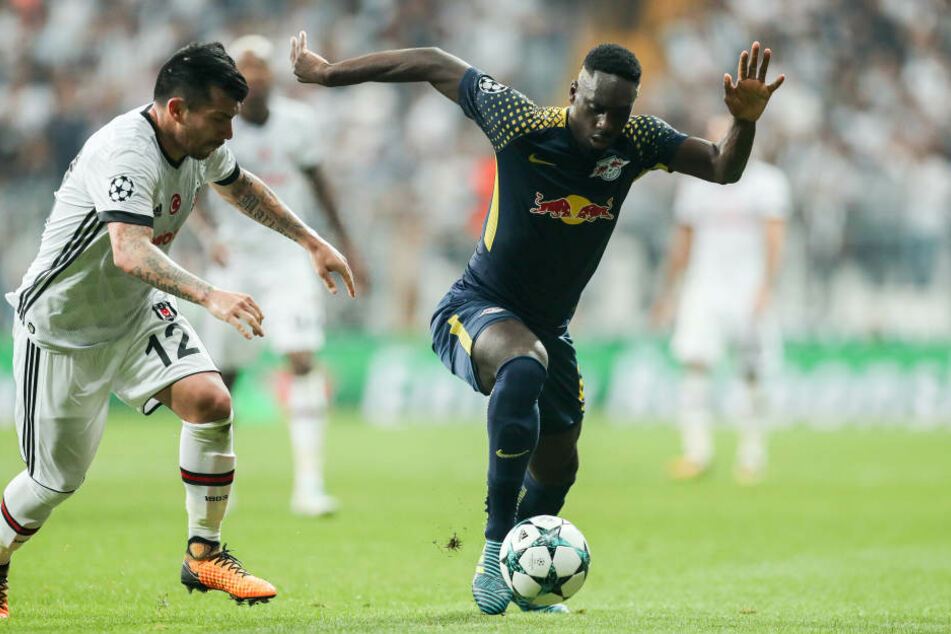 Im Hinspiel gab's für RB Leipzig (hier Jean-Kevin Augustin (r.) gegen Gary Medel) in Istanbul nichts zu holen.