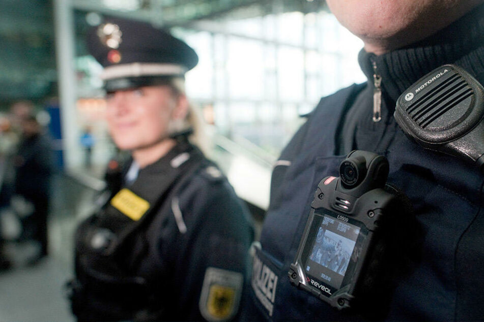 Im Magdeburger Hauptbahnhof attackierte eine Frau einen jungen Polizisten (Symbolbild).
