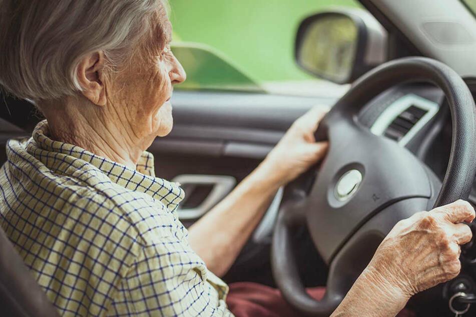 Da sich ein 71-Jähriger Autofahrer nach einem Unfall ohne anzuhalten entfernte, nahm ein Motorrad die Verfolgung auf (Symbolbild).