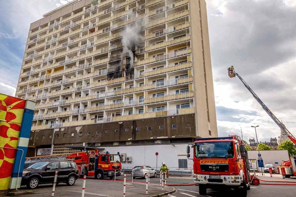 Am Männertag musste die Feuerwehr zu einem Brand im Hochhaus am Pirnaischen Platz ausrücken.