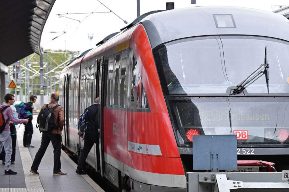 Mann setzt sich direkt vor Zug und weigert sich, wieder aufzustehen