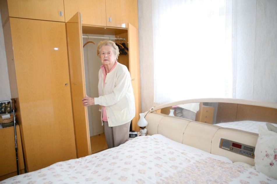 Oma Ruth (90) ist fassungslos: Aus diesem Schrank klauten Eindringlinge am hellerlichten Tage ihren Tresor.