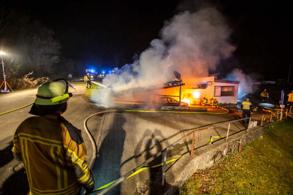 Das Feuer brach in einem Carport aus und breitet sich auf das Gebäude aus.