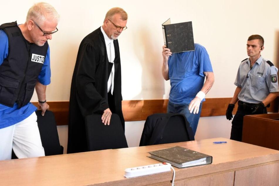 Andreas V. (2. v. r.) ist im Gefängnis an einer Gürtelrose erkrankt.