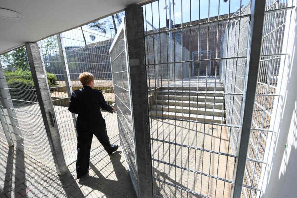 Misshandlungen und Geheimniskrämerei: Abschiebehaftanstalt wird Streit-Thema