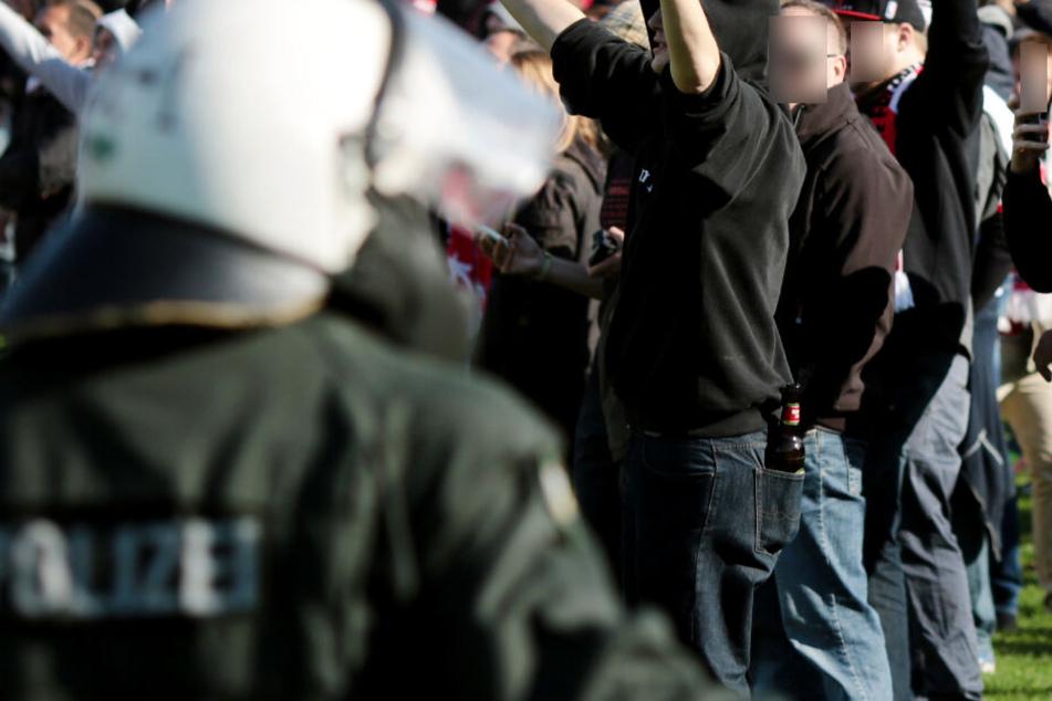 Prügelei! Fußball-Fans an Auseinandersetzung beteiligt, mindestens eine Flasche fliegt