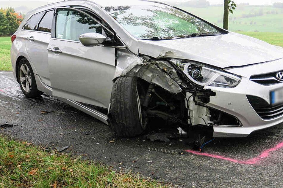 Hyundai kracht gegen Baum: Frau und Kind schwer verletzt