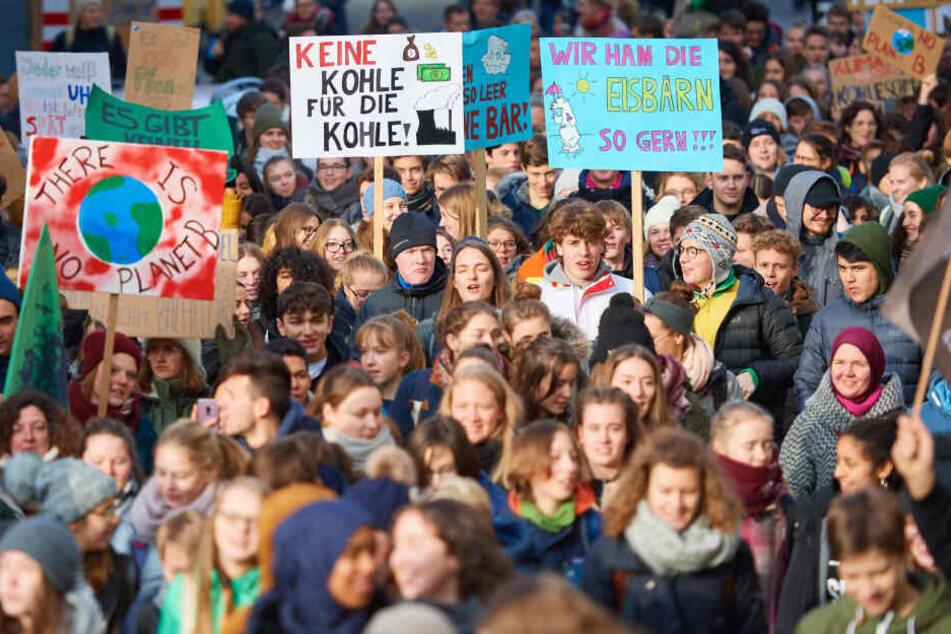 Seit Wochen demonstrieren junge Leute wie hier in Bonn freitags für einen besseren Klimaschutz.