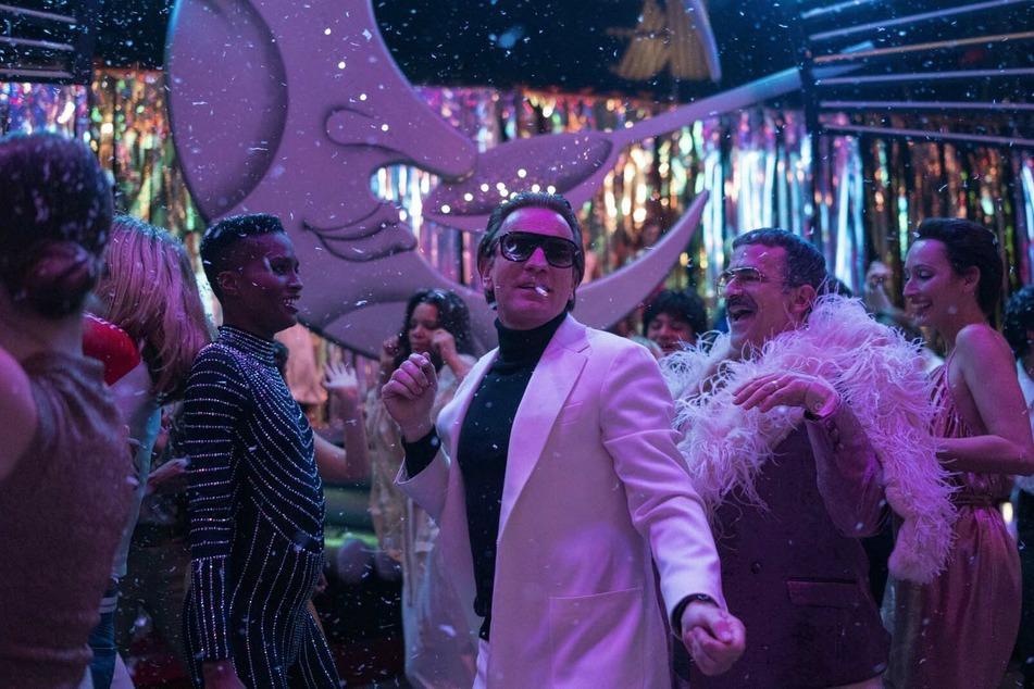Halston (Mitte, Ewan McGregor) tanzt mit Joe (r., David Pittu) und Elsa (2. v. r., Rebecca Dayan) durch die Nacht.
