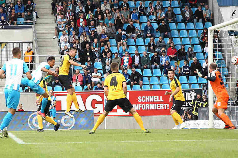 Das Hinspiel gegen den VfB Auerbach gewannen die Chemnitzer mit 2:1. Hier köpft Kostadin Velkov zum 1:0 ein.