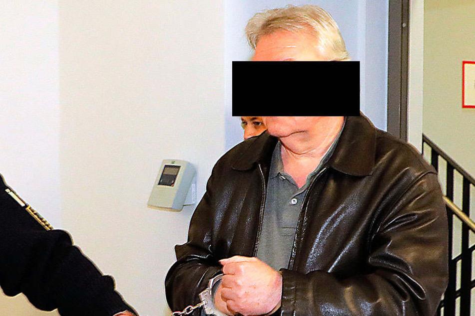 Thomas S. (61) kam am Donnerstag in Handschellen zum Prozess. Er soll ein dreister Strombetrüger sein.