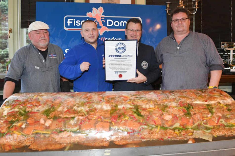 Von links: Gerhard Reimer, Gastronom André Domke, Olaf Kuchenbecker und Torsten Engelmann mit der Rekord-Fischsülze.