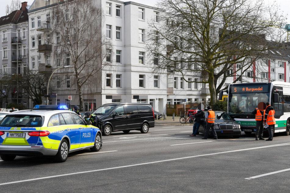 Am Mittag krachte der Linienbus auf der Hoheluftchaussee in den Mercedes.