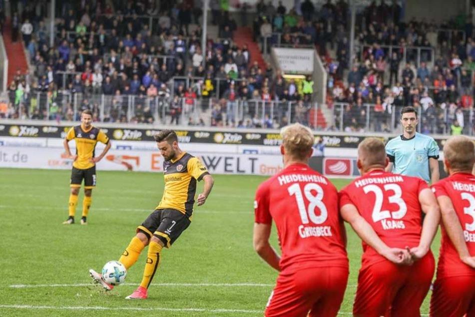 Keine Mannschaft in der 2. Liga ist so gefährlich bei Standards, wie Dynamo. Hier versenkt Kreuzer einen Freistoß gegen Heidenheim.