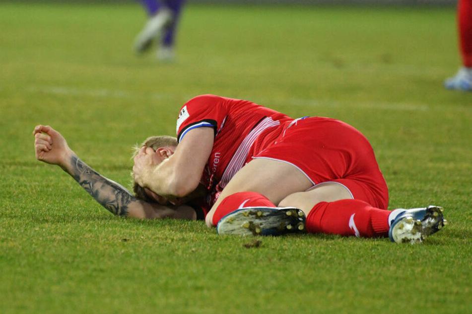 Das tat weh! Andreas Voglsammer blieb auf dem Rasen liegen - Mittelfußbruch!