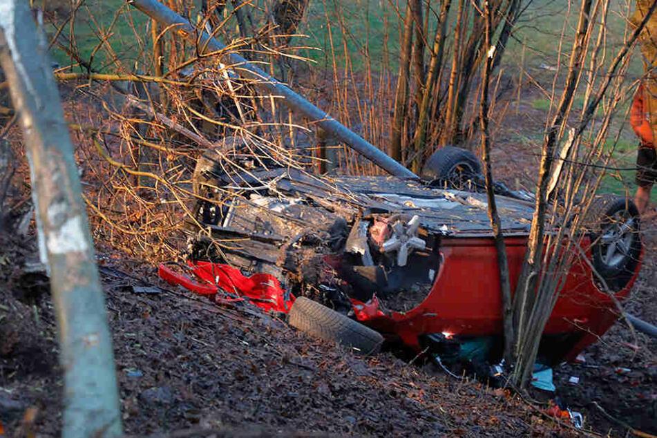 Als das Fahrzeug den Hang hinabstürzte, fällte es noch einen Mast und einen Baum.