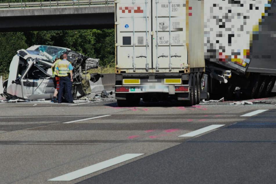 Bild der Verwüstung auf der A3: Lkw nach Crash in zwei Teile gerissen