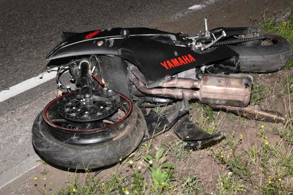 Das Wrack der Yamaha. Der 22-jährige Fahrer erlag noch vor Ort seinen Verletzungen.