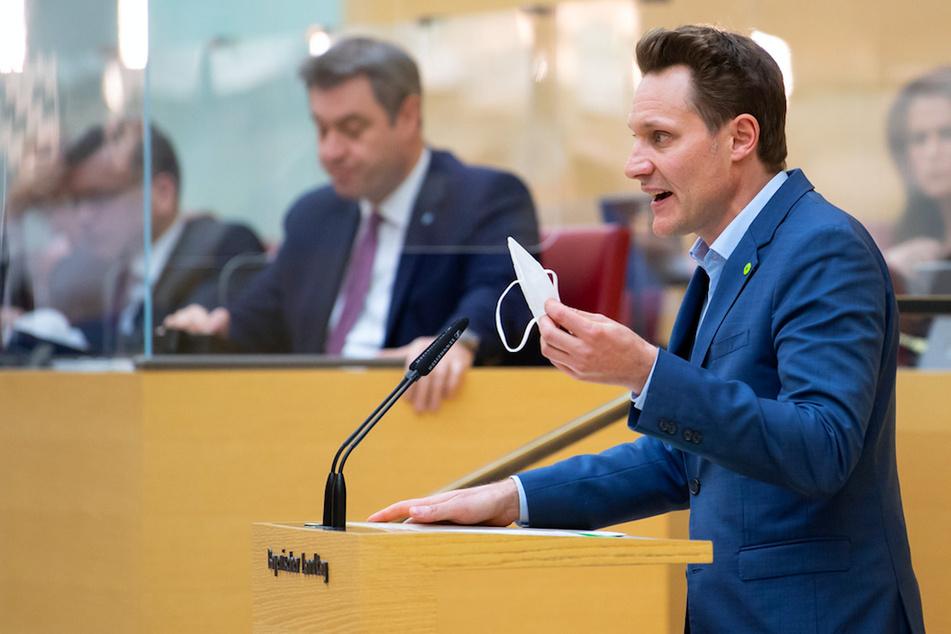 Ludwig Hartmann (42, r.), Fraktionsvorsitzender von Bündnis 90/Die Grünen, spricht im bayerischen Landtag während einer Plenarsitzung. Im Hintergrund verfolgt Markus Söder (54, CSU) die Rede.