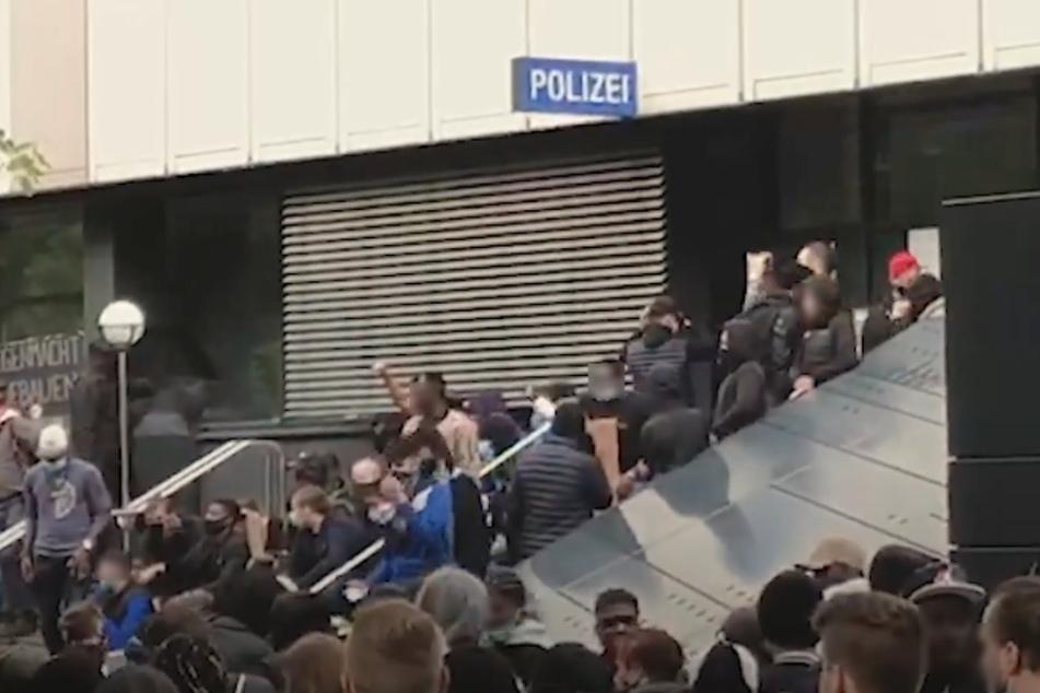 Nach Anti-Rassismus-Demo: Hunderte greifen Polizei-Revier in Stuttgart an!