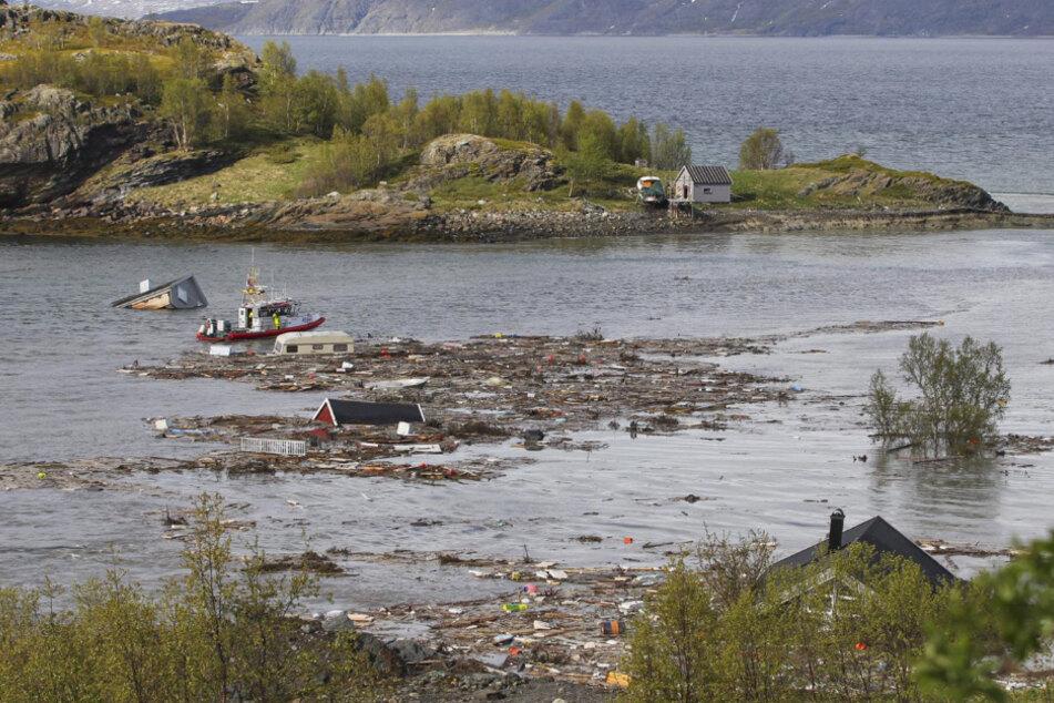Treibgut und Trümmer von Häusern füllen die Bucht nach einem Erdrutsch in der Nähe von Alta im arktischen Norwegen.