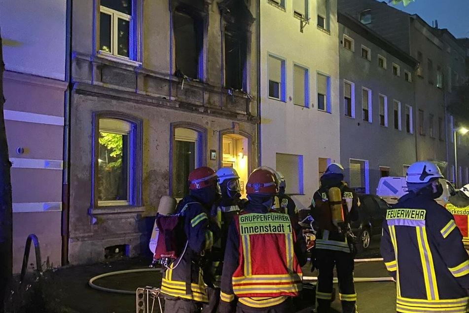 Insgesamt 40 Einsatzkräfte waren im Einsatz, um die Wohnung zu löschen und acht Bewohner zu retten.