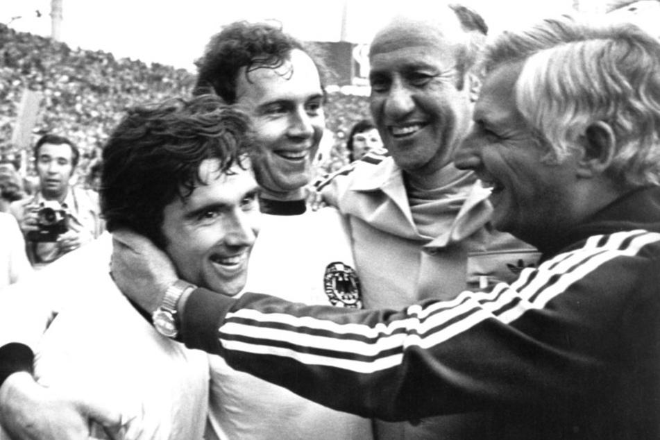 Bundestrainer Helmut Schön (2.v.r.), sein Assistent Jupp Derwall (r.), Siegtorschütze Gerd Müller (l.) und Kapitän Franz Beckenbauer (2.v.l.) bejubeln den Triumph 1974. (Archivbild)