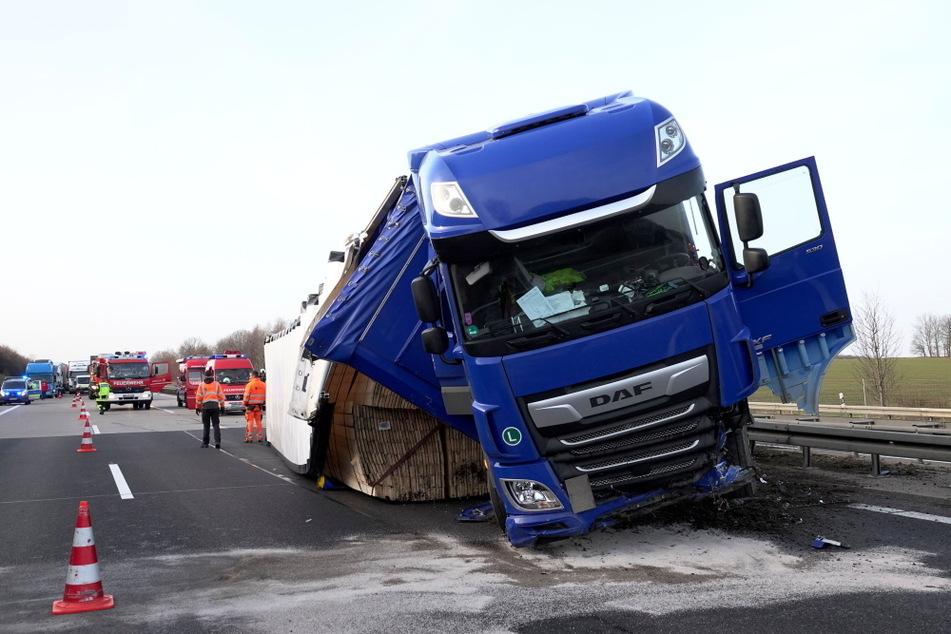 Unfall A4: Autobahn teilweise gesperrt: Heftiger Lkw-Unfall sorgt für Stau auf A4