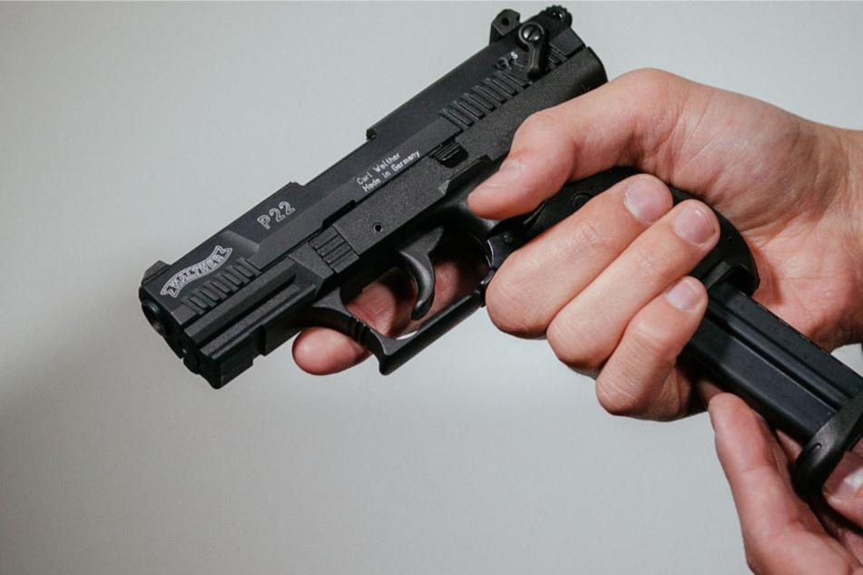 Die Frau feuerte eine Schreckschusswaffe ähnlich dieser ab (Archivbild).