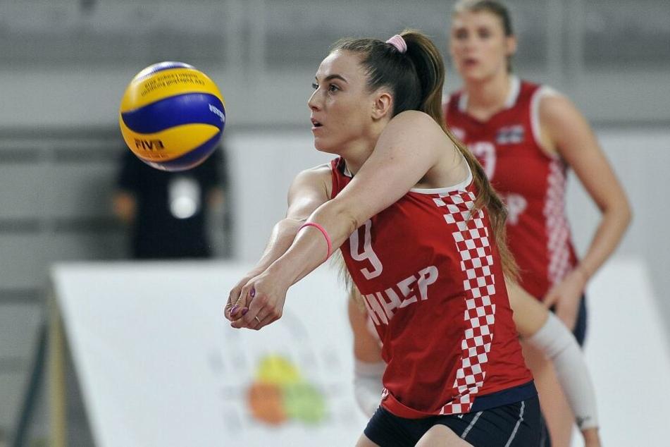 Mlinar bei der Annahme im Trikot der kroatischen Auswahl. Im Hintergrund Weltklasse-Angreiferin Samantha Fabris.