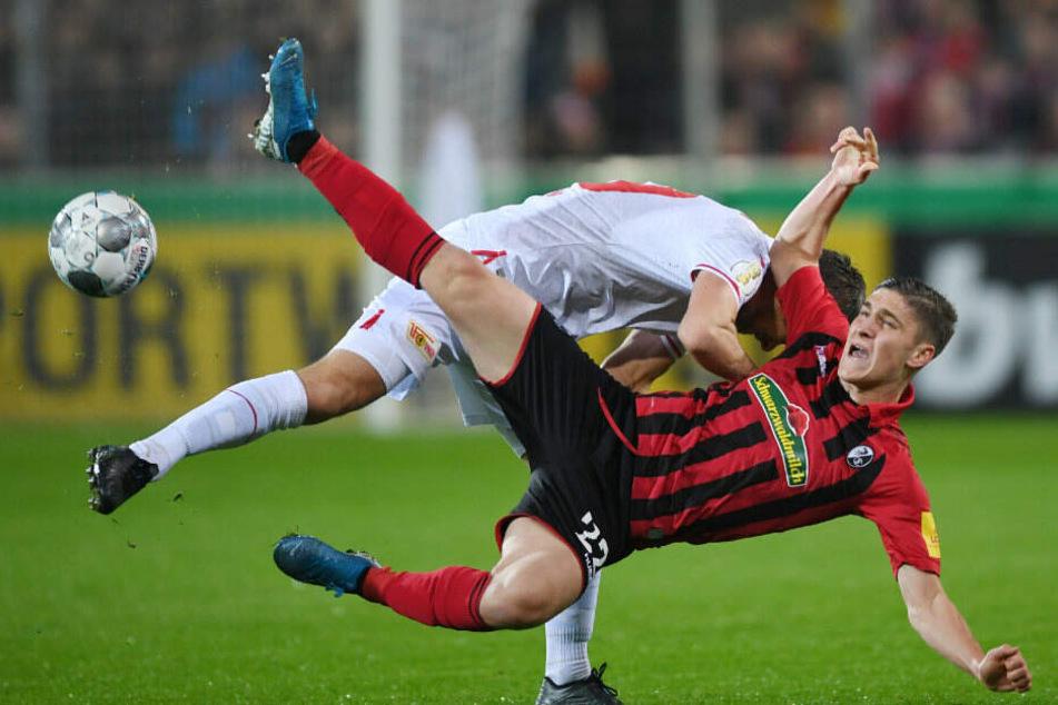 Michael Parensen im Zweikampf mit Freiburgs Roland Sallai.
