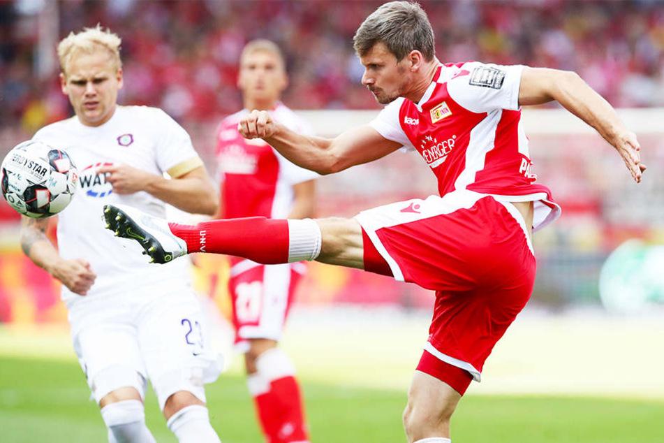Aues Sören Bertram (l.) kann nur zuschauen, wie Unions Michael Parensen volley abzieht.