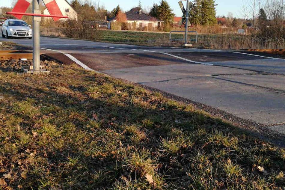 An diesem Bahnübergang in Waldbardau kam es am Mittwoch zu einem Unfall.