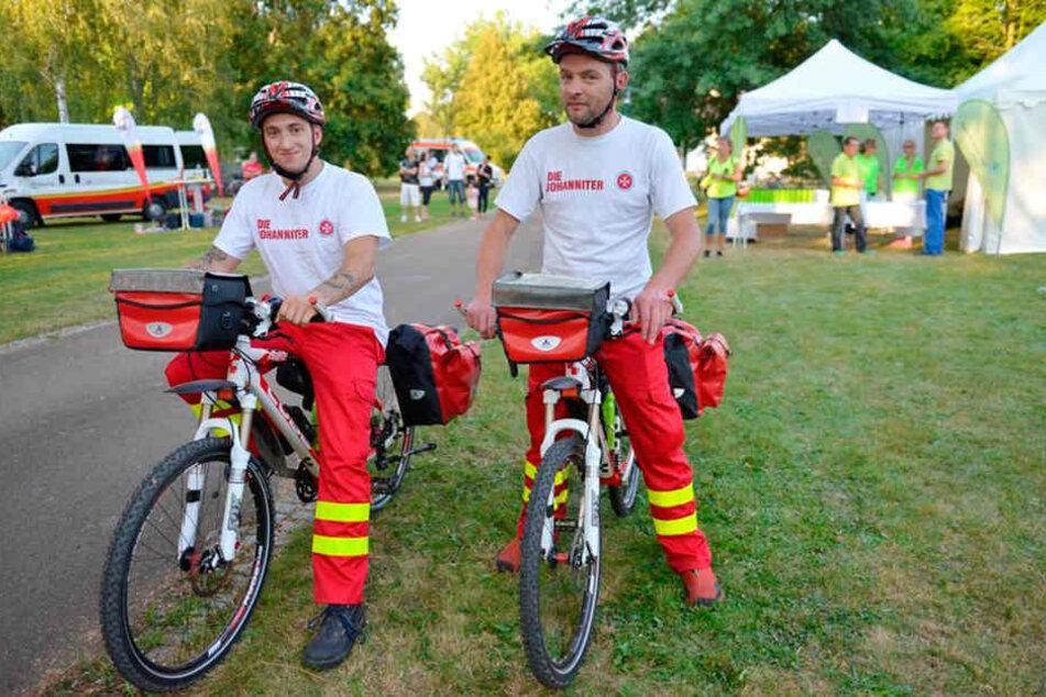 Positiv-Beispiel: Bei den Johannitern Südbrandenburg gibt's bereits eine Fahrradstaffel. Kevin Tilgner (l.) und Rene Faltus nutzen die Räder bei der Arbeit.