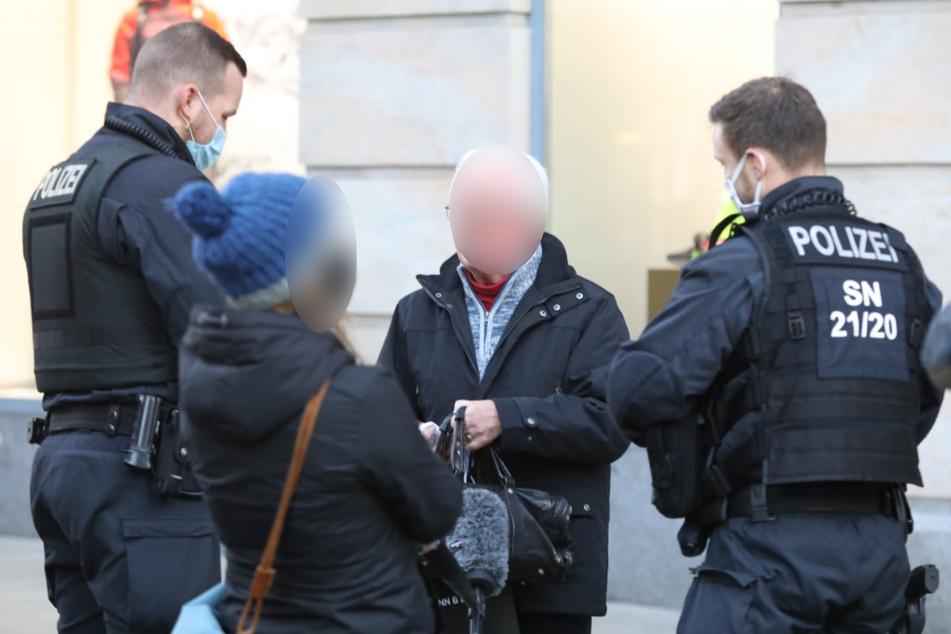 Rund 10 Personen ohne Maske trafen die Beamten an.
