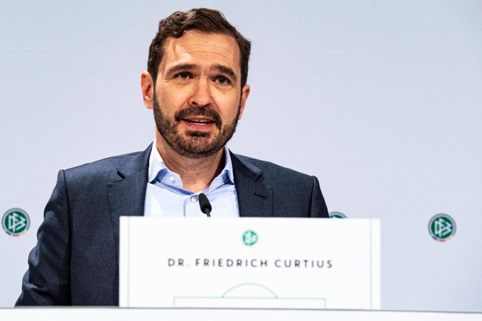 DFB-Generalsekretär Friedrich Curtius hat Mitleid mit Dynamo, ändern lasse sich der Abstieg aber nicht mehr.