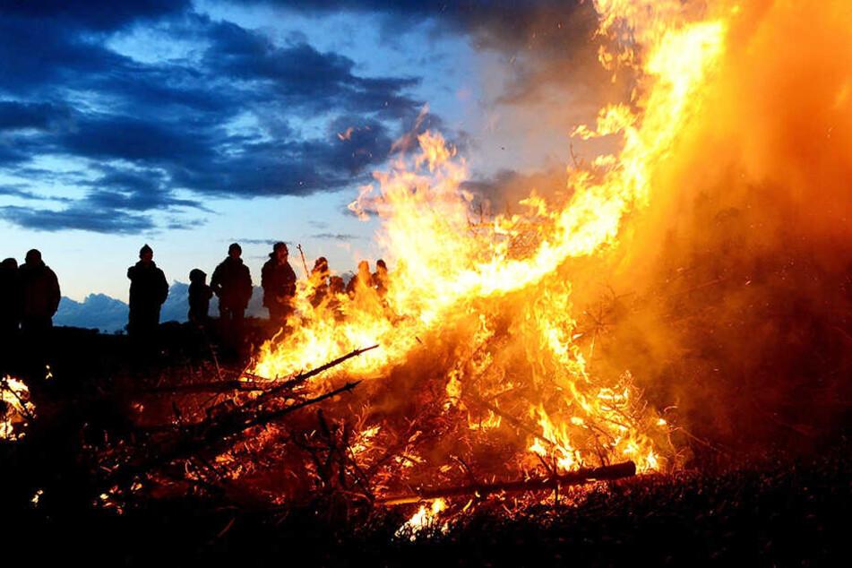 Eigentlich ist das Osterfeuer eine schöne Tradition, doch die kann eben bei entsprechendem Wetter zur großen Gefahr werden.