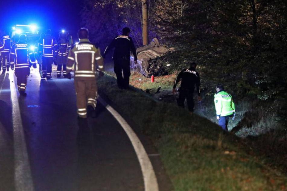 Die Rettungskräfte waren schnell vor Ort und kümmerten sich um den Fahrer sowie seinen im Straßengraben auf dem Dach liegenden Wagen.
