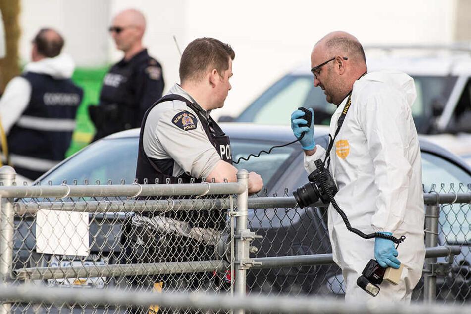 Polizisten sind an einem Tatort im Einsatz, nachdem vier Menschen am Montag im Westen Kanadas mit gezielten Schüssen getötet worden.