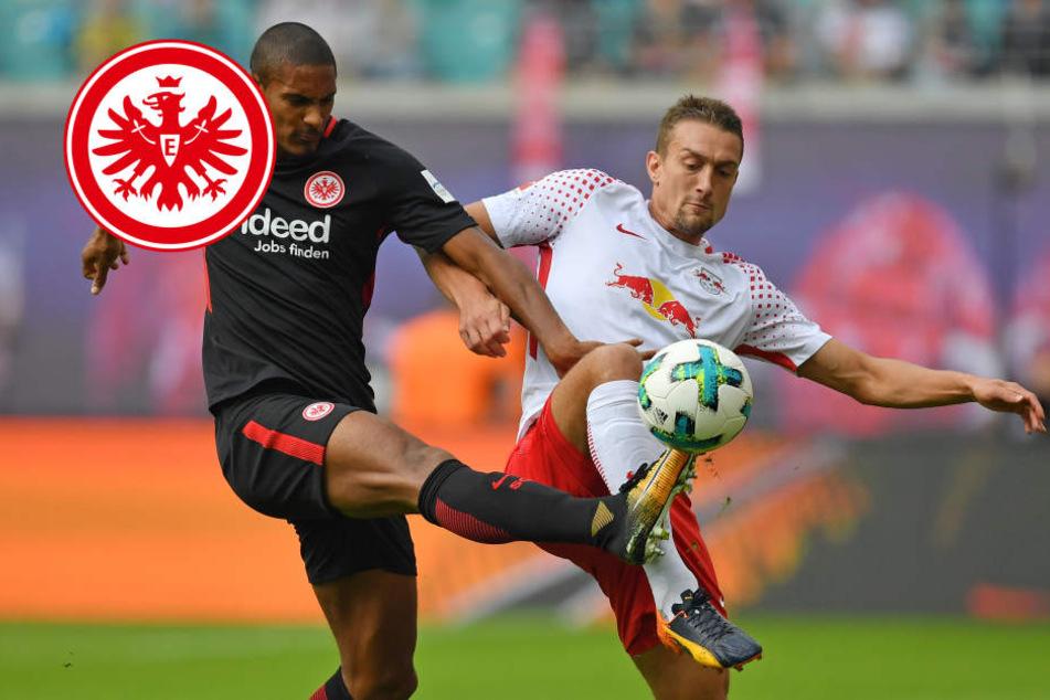 Frankfurts Sébastien Haller und Leipzigs Stefan Ilsanker (r) und kämpfen um den Ball.