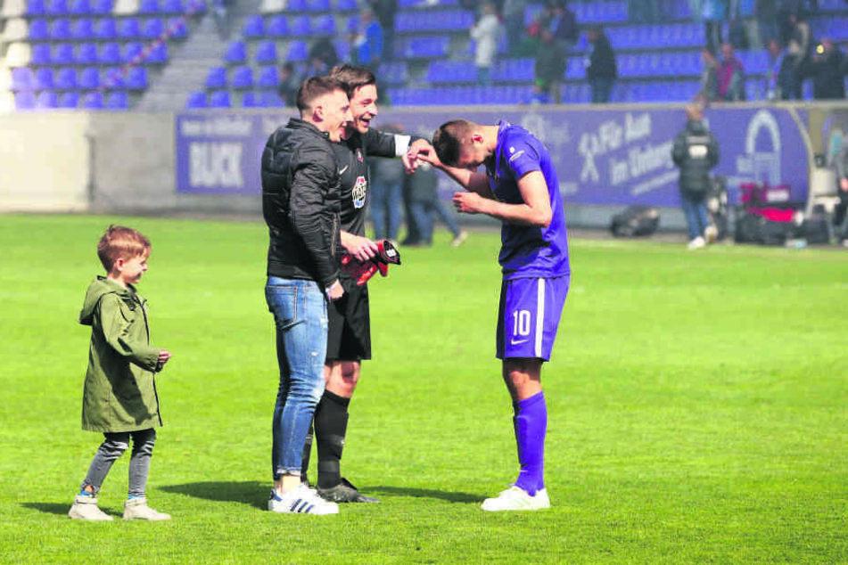 Glückwünsche zum Tor bekam Dimitrij Nazarov (r.) von großen und vom kleinen Männel. Martin klatschte ab, Sohn Anton stiefelte hinterher. Auch Mario Kvesic gratulierte.