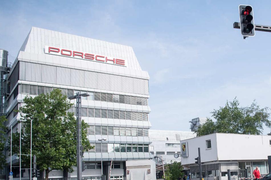 Außenansicht eines Porsche-Gebäudes in Zuffenhausen.