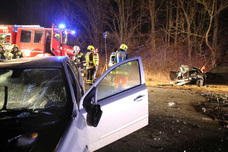 Die Autos krachten frontal zusammen, ein junger Mann erlag seinen Verletzungen vor Ort.
