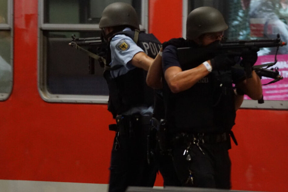 Stuttgarter Hauptbahnhof: Polizisten üben den Terror-Ernstfall.