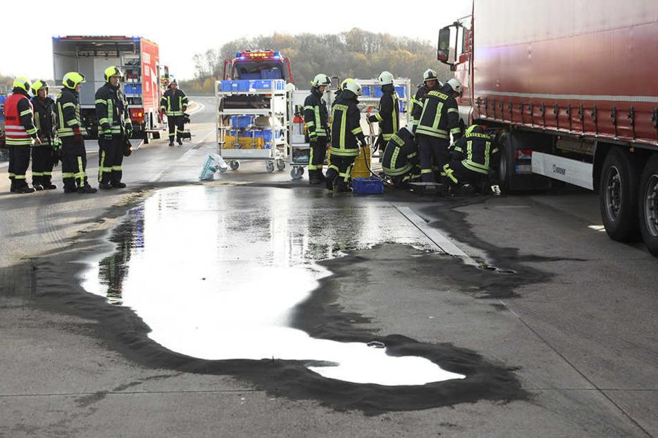 Mehrere Liter Diesel flossen auf die Autobahn.