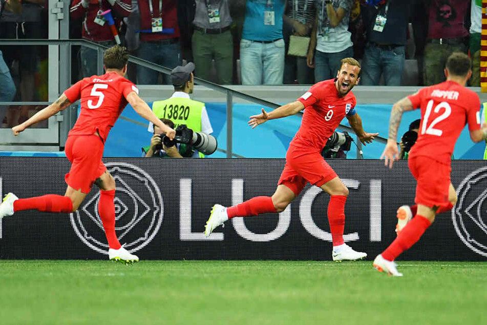Die hochverdiente Führung für England: John Stones (l.) und Kieran Trippier (r.) bejubeln den Torschützen Harry Kane (m.).