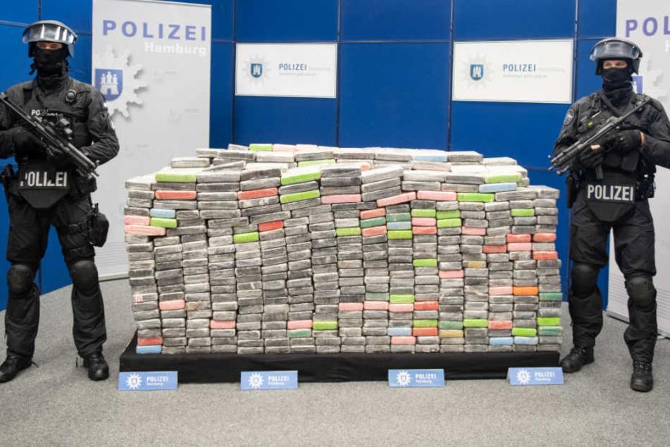 Am Mittwoch stellte die Polizei unter schwerer Bewachung die 1,1 Tonnen sichergestelltes Kokain vor.